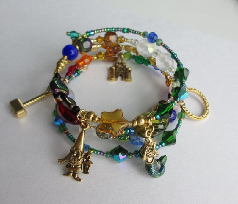 The  Das Rheingold Bracelet includes charms such as Alberich, the Rhinemaiden (mermaid) and Valhalla (castle).