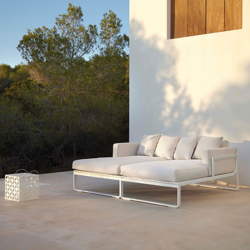 FLAT SOFA MODULAR 2 Made of thermo-lacquered aluminium profiles and 100% recyclable polyethylene. Polyurethane foam rubber covered with water-repellent fabric. Removable fabric cover.