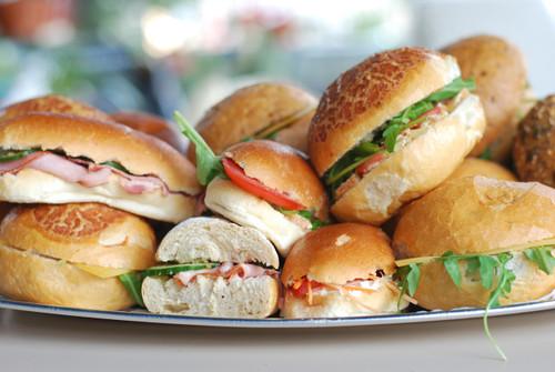 | Assortiment Oudaen : 5 belegde mini sandwiches per persoon. |