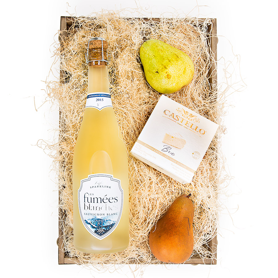 •Wood Vintage Tray •Les Fumees Blanches Sparkling Sauvignon •Danish Brie Cheese •Bartlett Pear •Bosc Pear