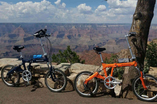 8FS folding bikes in Blue and Orange standing Grand Canyon