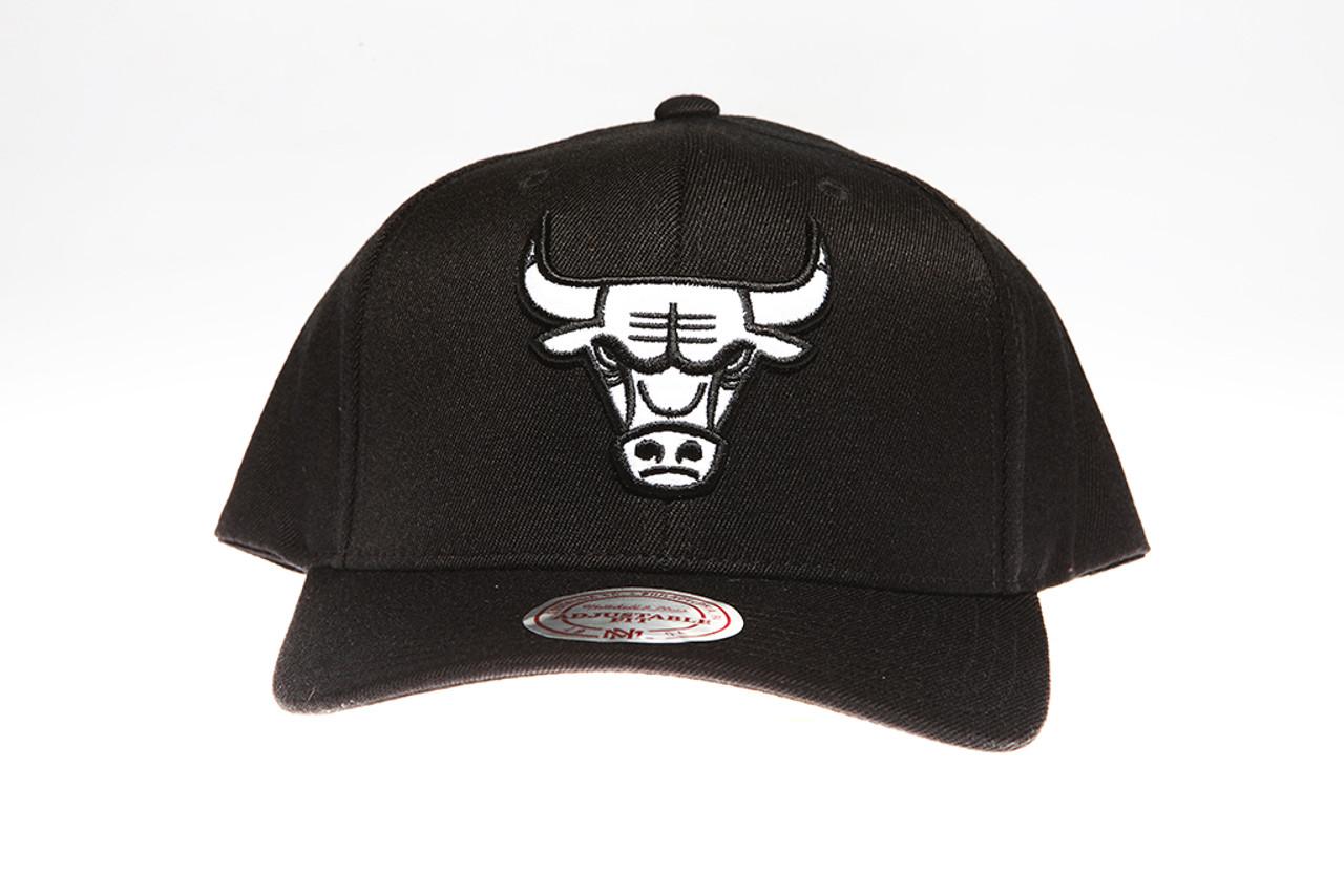 3913ea6a81e Chicago Bulls Black   White Flex-Fit Mitchell   Ness NBA Snapback Hat