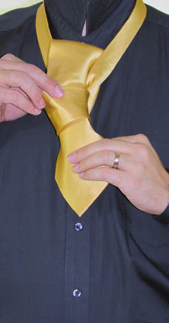 How To Tie A Full Windsor Knot | Step 8
