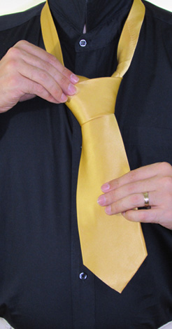 How to Tie a Half-Windsor Knot | Step 8