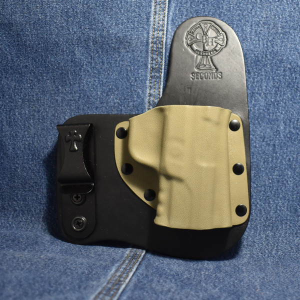 14362 CrossBreed Freedom Carry  RUGER AMERICAN / Right Hand / Black Cow / Flat Dark Earth  Pocket