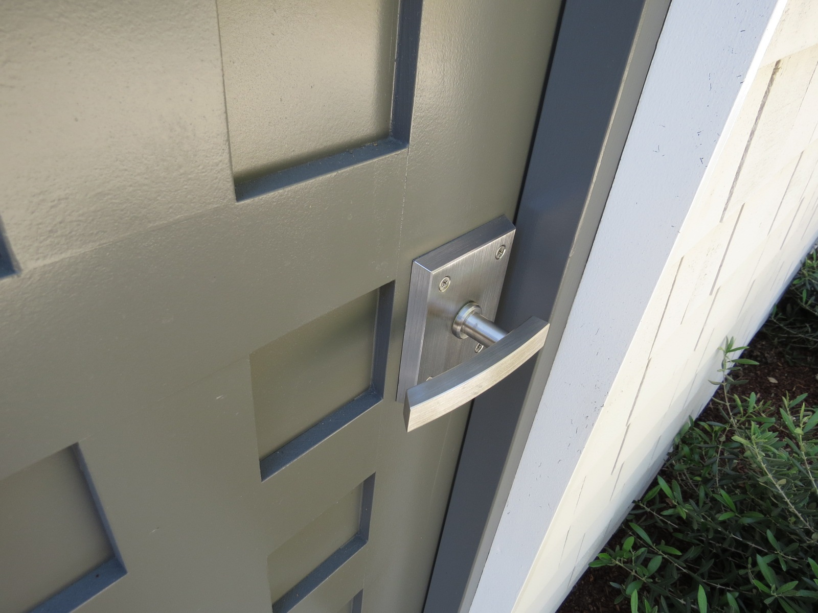 alta-contemporary-gate-latch-in-stainless-steel-on-pool-house-door-alta.jpg