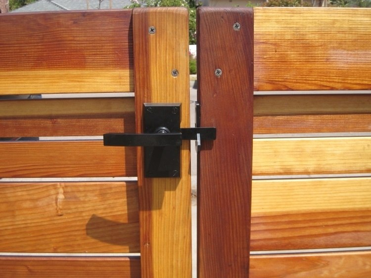 Nero Contemporary Lever Gate Latch Pkg for Single Gates Nero Single Installed Closeup
