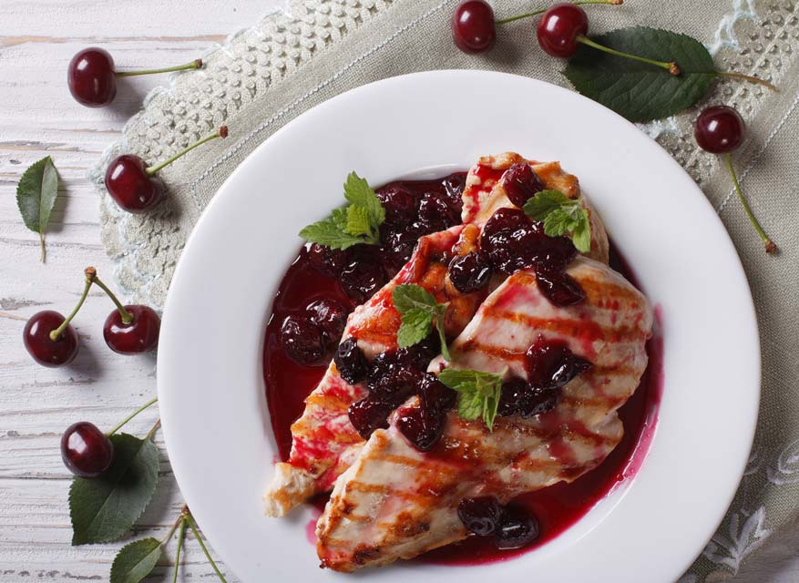 Chicken with cherry sauce is easy and healthy.