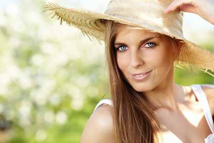 woman-sunhat-mineral-makeup-spf-ratings-claims.jpg