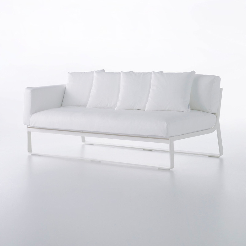 FLAT SOFA MODULAR 1 Made of thermo-lacquered aluminium profiles and 100% recyclable polyethylene. Polyurethane foam rubber covered with water-repellent fabric. Removable fabric cover. NOTE: No special sizes available in this collection.