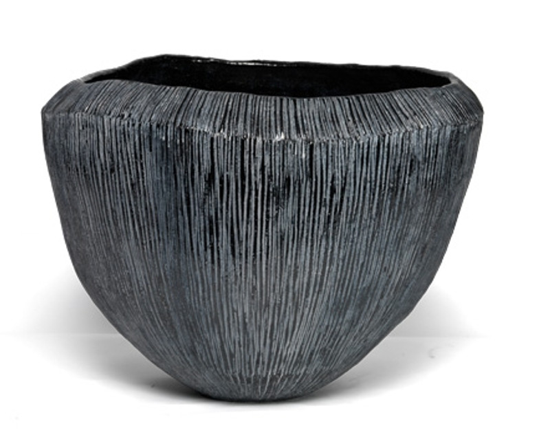ATLANTIS METALLIC - The ribbled surface of the Atlantis pots is made by imprinting metal plates. The ceramic is glazed and baked on a specific temperature in a ceramic oven, different from the terracotta-oven. Because of the special shape of those pots, they are not frost proof.