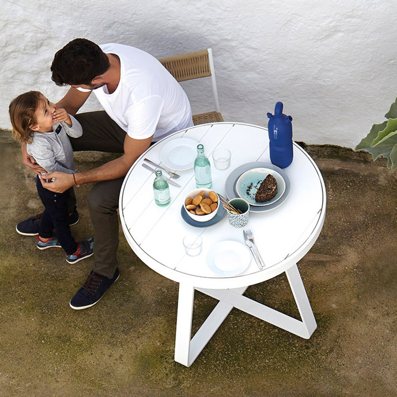 Gandiablasco Circular Table Flat. Made of thermo-lacquered aluminium profiles and 100% recyclable polyethylene.  NOTE: No special sizes available in this collection.