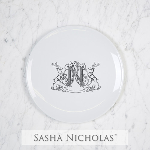 A beautiful addition to your dinnerware collection and to adorn your tablescapes with. It makes the perfect gift for your wedding registry and has the option to include an inscription on back. Choose from their signature font styles or use a custom monogram or crest of your choice! | Sasha Nicholas's Imagine salad