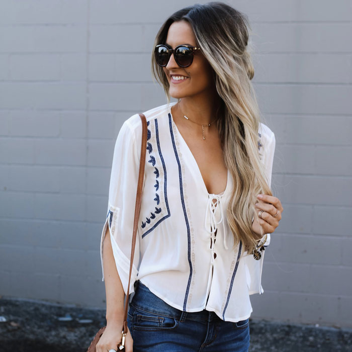 White lace-up shirt embroidered with blue