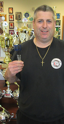 Pro dart player Jeff Morris in front of a dartboard