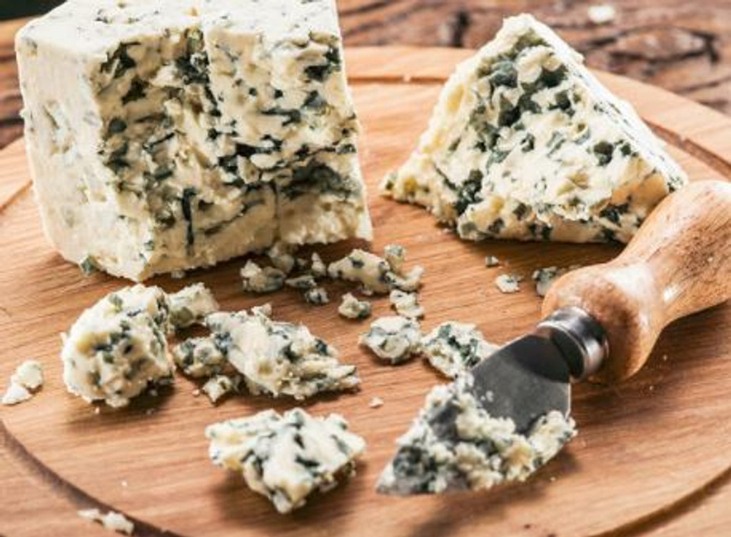 The concentrated, slightly moldy aroma of a distincly blue cheese. Appealing to cheese buffs but much less so to others!