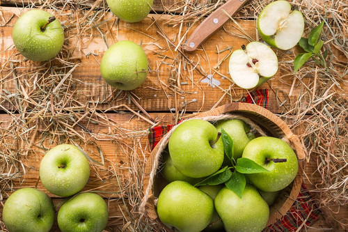 The crisp, refreshing scent of newly picked green apples. Reminicent of spring with light notes of sweetness.